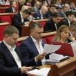 Депутати уважно читають матеріали проектів рішень, що розглядаються під час проведення плеанарного засідання Київради